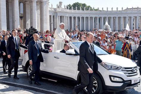 Papst Franziskus fährt Hyundai Santa Fe