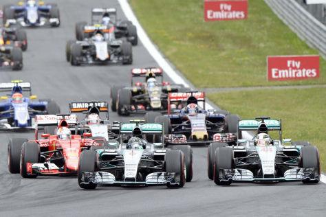 Schon nach wenigen Metern ging Nico Rosberg an Lewis Hamilton vorbei