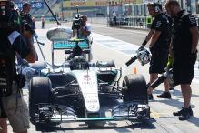 Rosberg strandet am Boxenausgang