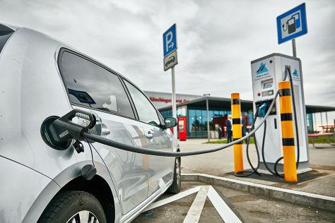 Schnellladestation für Elektroautos bei Tank & Rast