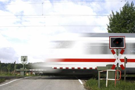 Bahnübergänge: Immer wieder Unfälle mit Autos