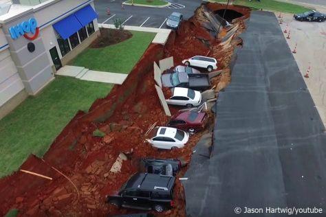 USA: 15 Autos stürzen in Monsterloch