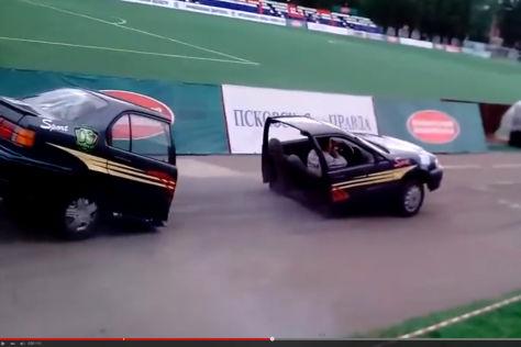 Schräges Video: Auto teilt sich und fährt weiter