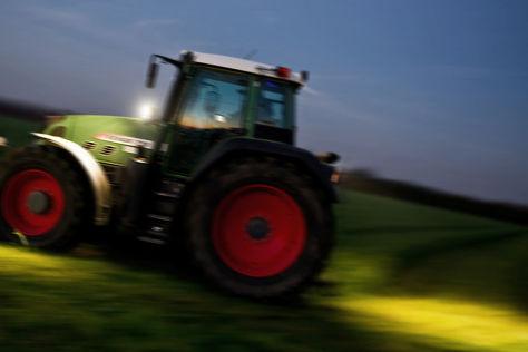 Betrunkene versuchen versenktes Auto mit Traktor zu bergen