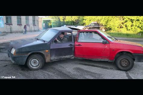 Schräges Video: Mann rammt Auto