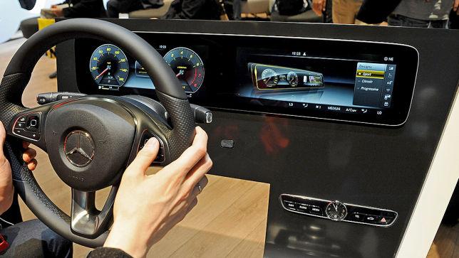 Auto cockpit mercedes  Video: E-Klasse Cockpit (CES2016) - autobild.de