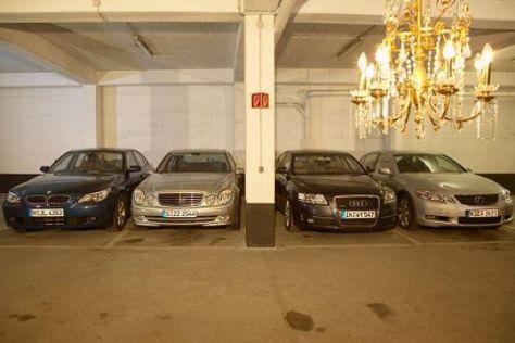 Vier Oberklasse-Limousinen mit V8