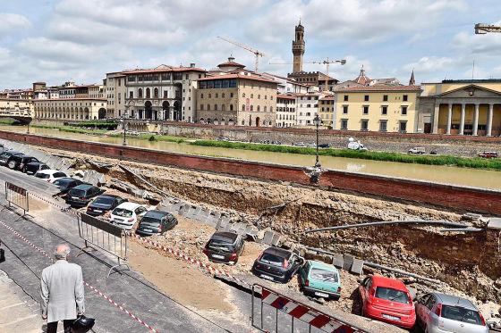 parkplatz in italien abgesackt erdloch frisst autos. Black Bedroom Furniture Sets. Home Design Ideas