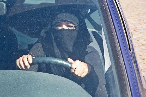 Frau mit Burka beim Autofahren