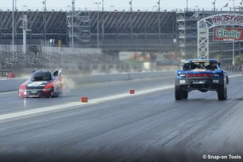 Dragrace: Funny Car gegen Trophy Truck