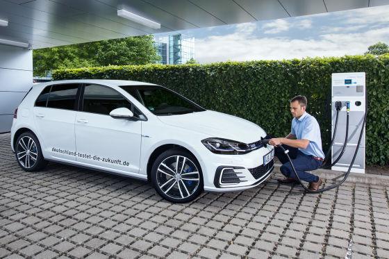 Golf GTE: Kraftstoffverbrauch in l / 100 km: kombiniert 1,8 – 1,6; Stromverbrauch in kWh / 100 km: kombiniert 12,0 – 11,4; CO2-Emissionen in g / km: kombiniert 40 – 36 • Abbildung zeigt Sonderausstattung gegen Mehrpreis
