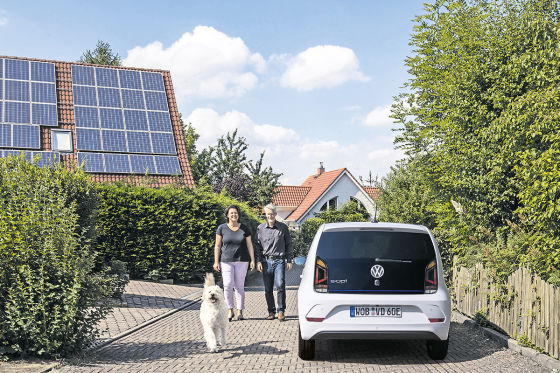 """Bianca und Ingo Kavemann fuhren im Rahmen der Aktion """"Deutschland testet die Zukunft"""" ein e-Fahrzeug von Volkswagen im Alltag"""