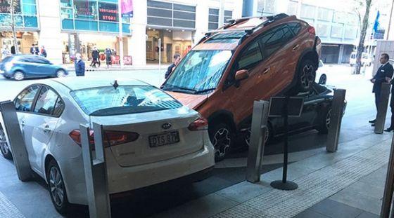 Hotelservice parkt Porsche unter Subaru