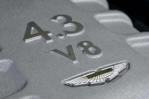 Begabter Straßenmusikant: Der V8 im Bug leistet 385 PS.