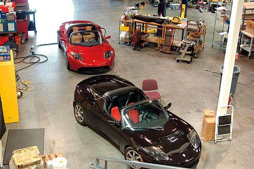 Großer Öko-Spaß aus einer kleinen Halle: die beiden Tesla-Prototypen.