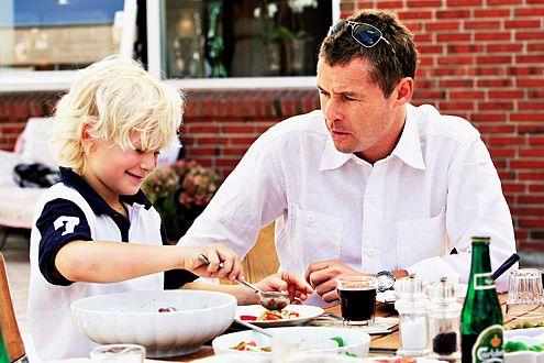 Der frischgebackene Papa Tom Kristensen mit seinem Ältesten (Oliver,10).