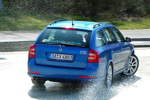 Gegenlenken: Die Schleuderplatte verreißt das Heck, der Fahrer korrigiert.