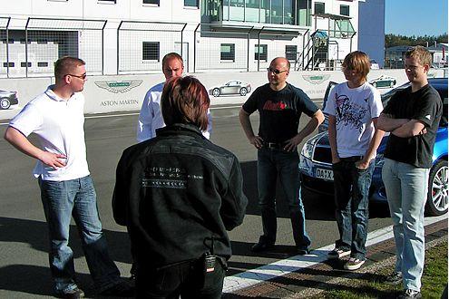 Rat und Fahrt: Instruktorin Petra erklärt unseren Gewinnern die Strecke.