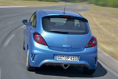 Beim Beschleunigen wirkt der Opel druckvoll – aber auch unharmonischer als die Konkurrenz.