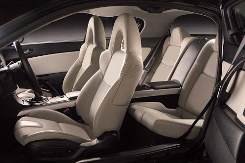Im Innenraum des RX-8 Kuro: viel helles Leder auf edlem Sportgestühl.