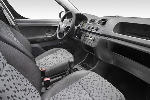 Praktisch: doppeltes Handschuhfach und reichlich Staufächer im Cockpit.
