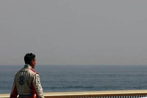 Trost nach dem Crash: Der schönste Rückweg zur Box den es in der F1 gibt.