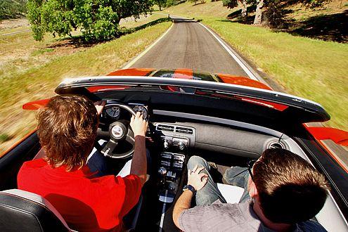Gut gefönt: Der offene Camaro geht in fünf Sekunden auf Tempo 100.