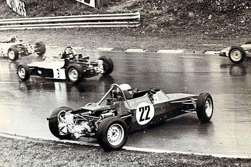 Großartiger Musiker, mäßiger Rennfahrer: Ken Hensley beim Dreher im Formel-Ford-Flitzer.