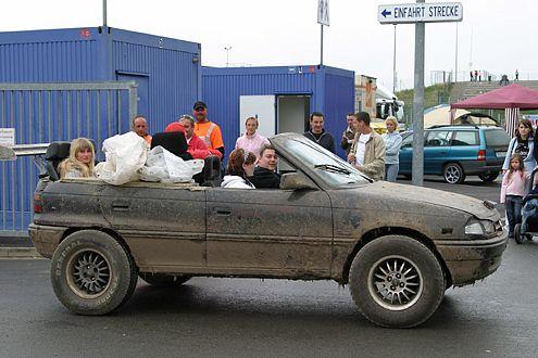Verrückte Opelaner: Der höhergelegte Astra kann nicht schwimmen.