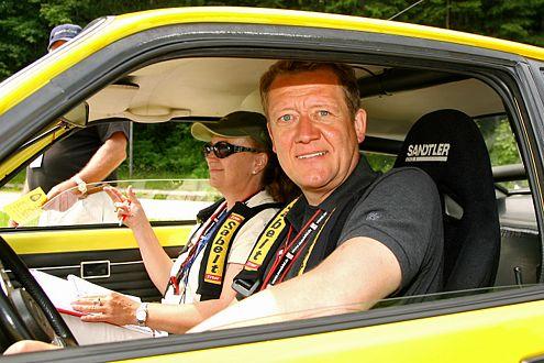 Der Wolf hetzt die Meute: AUTO BILD-Verlagsgeschäftsführer Dr. Hans Hamer im 76er Opel Kadett C.