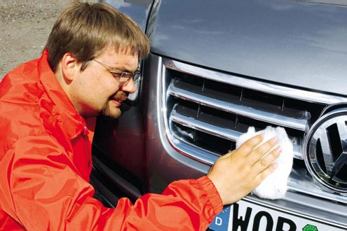 Männer pflegen ihre Autos leidenschaftlich, Frauen lieber sich selbst.