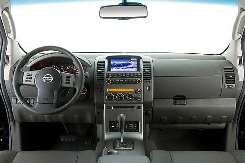 Neu im Pathfinder-Cockpit: die Mittelkonsole im schicken Alu-Look.