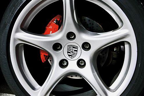 Rot heißt Stopp – das signalisieren auch die lackierten Cayman-Bremsen.