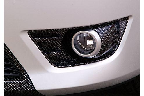 Hochwertiger Karbonüberzug setzt die Fordbrüder ins rechte Licht.