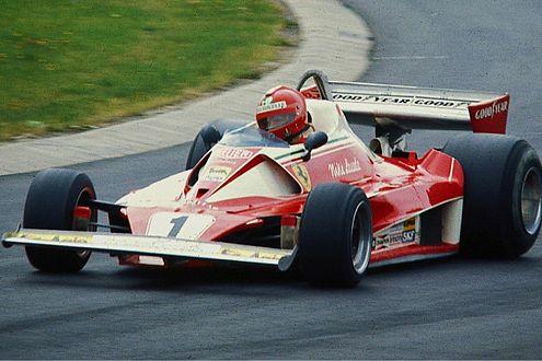 1976: Niki Lauda – hier während des Trainings – verunglückte schwer.