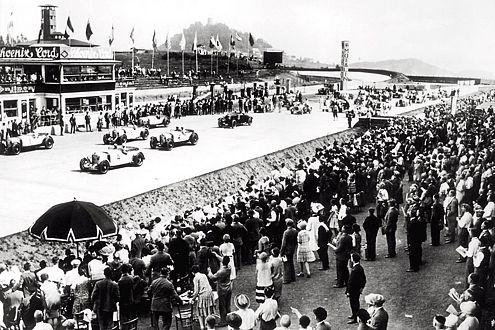 Start frei: 1928 nimmt das Teilnehmerfeld den Ring in Angriff.