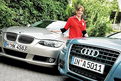 Zwischen den Sitzen: Redakteurin Margret Hucko findet beide Autos toll.