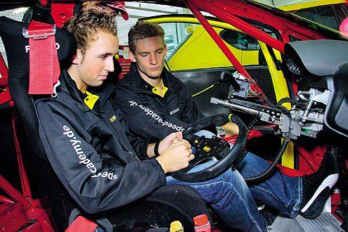 Marco Engel (re.) und René Rast untersuchen das Renncockpit genau.