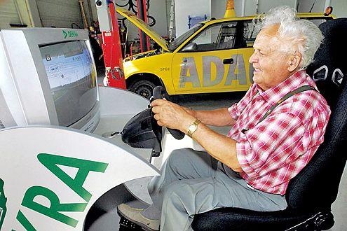 Echt stressig: Am Fahrsimulator testet Fritz Balke (82) seine Reaktionen.