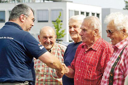 Gratulation vom Instrukteur: Diese Senioren haben das Fahrsicherheitstraining überstanden.