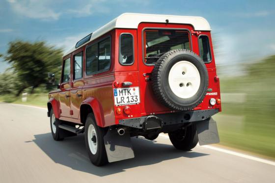 Der Defender ist der Letzte seiner Art: Autos ohne Rußpartikelfilter, Airbags und ESP sind bei uns eigentlich längst ausgestorben.