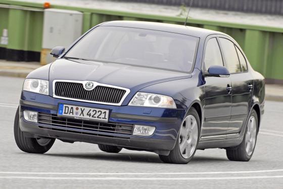 Der Skoda kostet satte 9646 Euro weniger als der Mercedes. Da kommt man leicht ins Grübeln.