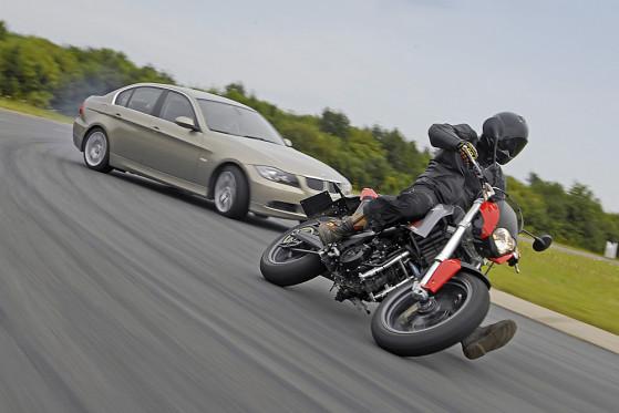 Schräge Nummer: Ohne Elektronik driftet der 325i herzhaft, die Moto hält mit Schräglage dagegen.
