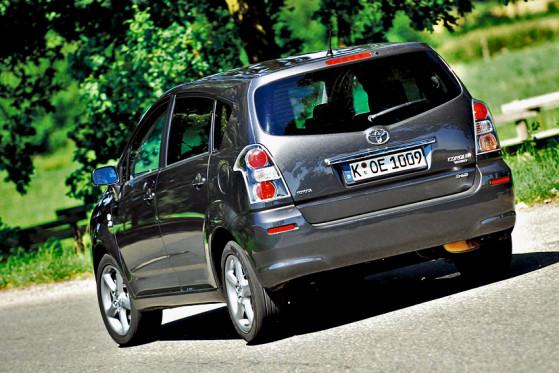 Wer die Neuerungen am Toyota erkennen will, muss genau hinsehen: Sein Gesicht wirkt nun eine Idee markanter.