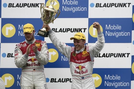 Martin Tomczyk (r.) und Mattias Ekström (l.) feiern auf dem Nürburgring den Audi-Doppelsieg.