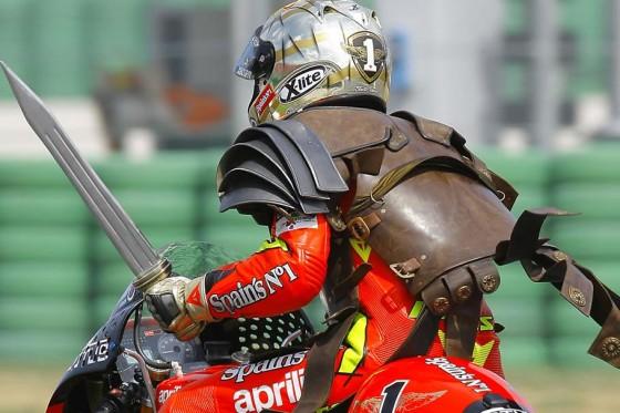 """So zeigte sich der """"Imperator"""" Jorge Lorenzo seinen Fans auf der Ehrenrunde in Misano."""