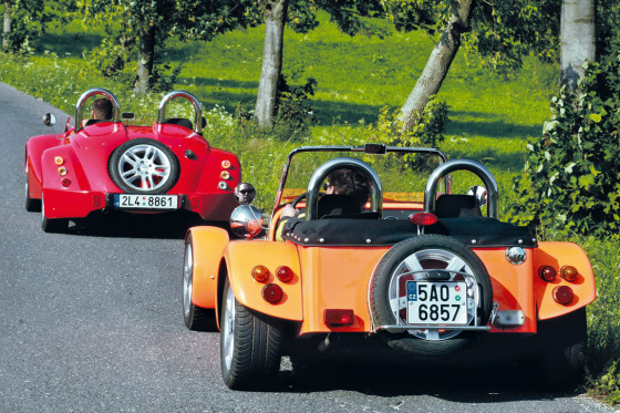 Ungleiche Brüder: Ein fertiger Kaipan 14 (rotes Auto) kostet weniger als die Hälfte des Kaipan 57 (orange).