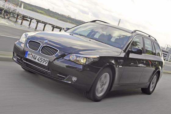 Feinnervige Lenkung, Heckantrieb, souveränes Fahrwerk: Der BMW ist ein schnelles Schubschiff.