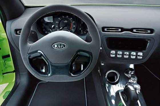 Der Innenraum mit zentralem Drehzahlmesser und abgeflachtem Lenkrad wirkt edel.