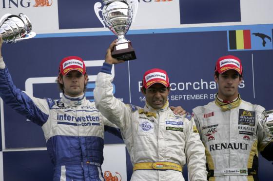 Der Sieger im Sprintrennen: Karun Chandhok vor Andy Soucek (ESP, links) und Lucas di Grassi (BRA, rechts).